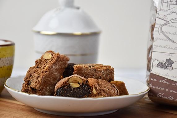biscotti cantucci mandorle e cioccolato