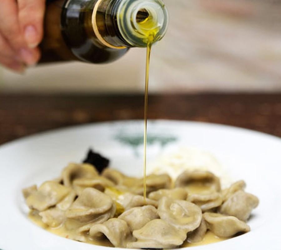 Prodotti tipici pugliesi per eccellenza - L'olio extravergine d'oliva pugliese e le olive La Puglia è anche la regione italiana con la maggiore produzione di olio di oliva, possiede ben oltre 50 milioni di alberi di ulivo disseminati lungo tutto il territorio. L'olio extravergine d'oliva pugliese è tutelato da quattro DOP: il Terra d'Otranto, il Terra di Bari, il Colline di Brindisi, il Dauno e in genere possiede un profumo forte e deciso, pizzica un po' sulla lingua ed ha un colore intenso. Numerose sono varianti, che dipendono essenzialmente dal tipo di olive impiegate: la qualità più delicata, dal colore giallo oro è ideale per condimenti a crudo, ha un gusto dolce ed un leggero pizzicore; il tipo più intenso ha invece un colore giallo verdognolo, un aroma fruttato leggermente piccante ed è più adatto a grigliate e arrosti. Quel leggero pizzicorio molto caratteristico dell'olio extravergine d'oliva pugliese è del tutto normale e sinonimo di qualità.