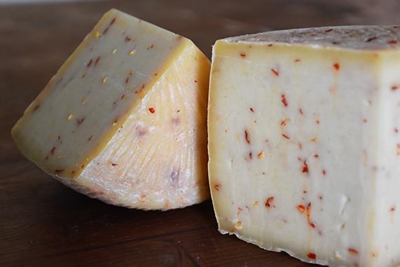 formaggio pecorino speziato al peperoncino